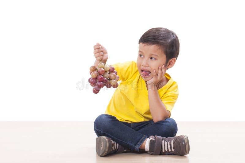 αγόρι που τρώει τα σταφύλια στοκ φωτογραφίες με δικαίωμα ελεύθερης χρήσης
