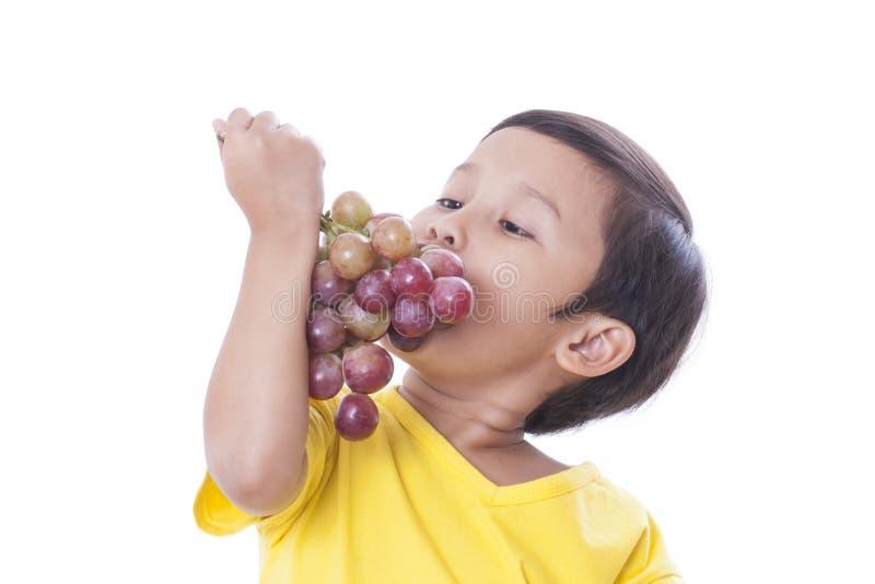 αγόρι που τρώει τα σταφύλια στοκ εικόνες με δικαίωμα ελεύθερης χρήσης