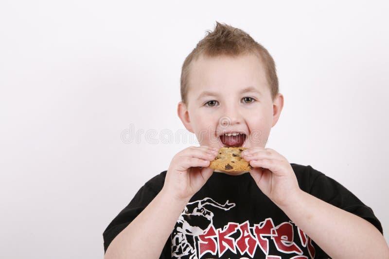 αγόρι που τρώει το γλυκό τροφίμων στοκ εικόνες με δικαίωμα ελεύθερης χρήσης