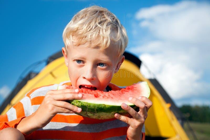 αγόρι που τρώει το καρπού&zeta στοκ φωτογραφία με δικαίωμα ελεύθερης χρήσης
