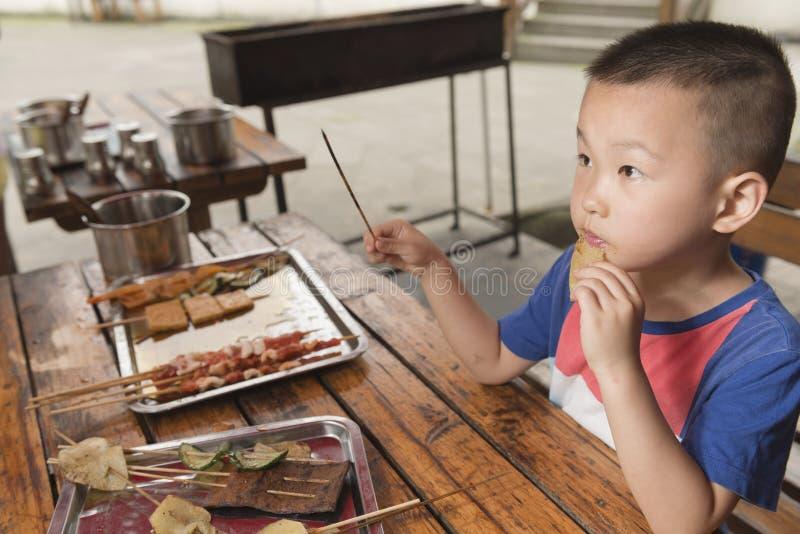 Αγόρι που τρώει kebab στοκ εικόνα