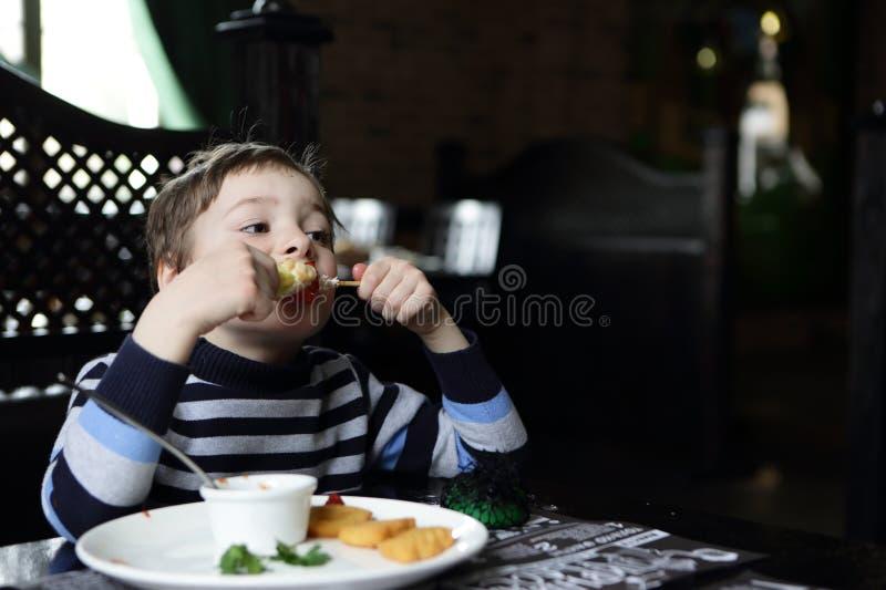 Αγόρι που τρώει kebab στοκ φωτογραφία