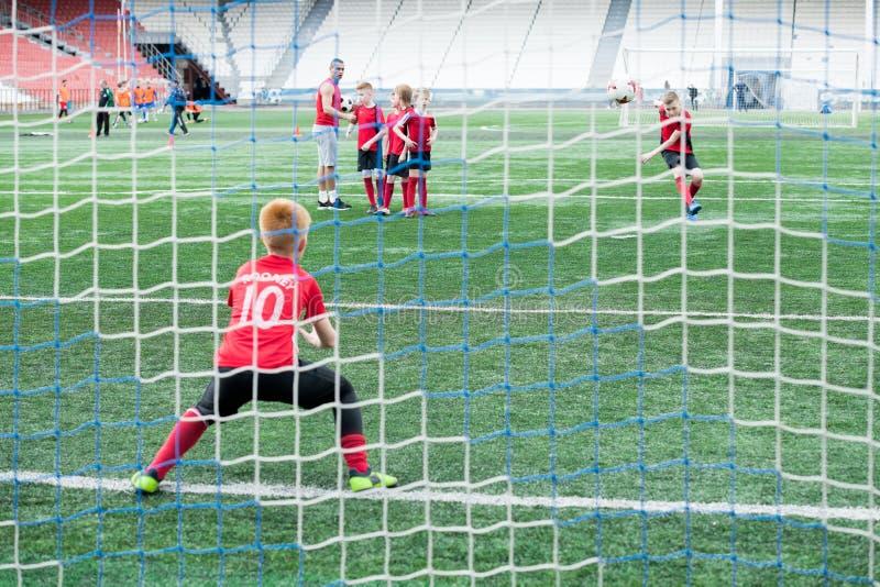Αγόρι που υπερασπίζει το Γκέιτς στον αγώνα ποδοσφαίρου στοκ φωτογραφίες με δικαίωμα ελεύθερης χρήσης
