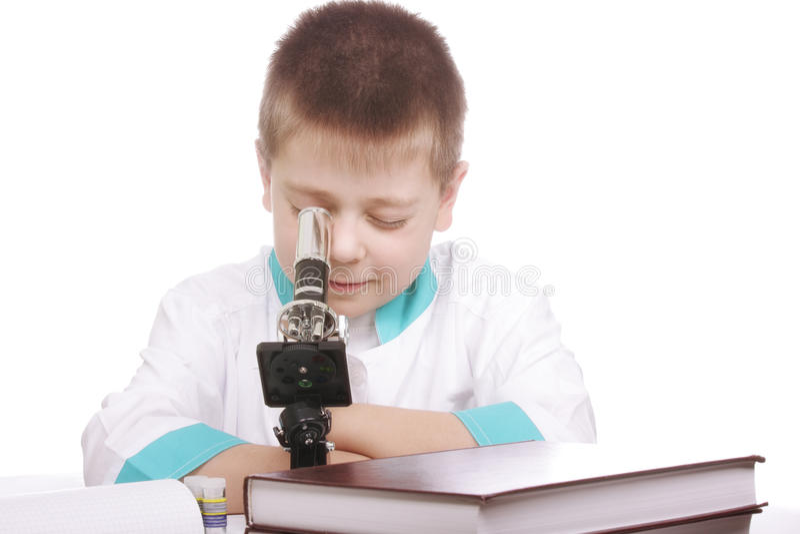 αγόρι που φαίνεται μικροσκόπιο στοκ φωτογραφία