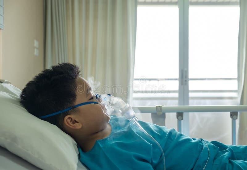 Αγόρι που φορά τη μάσκα οξυγόνου στοκ εικόνα