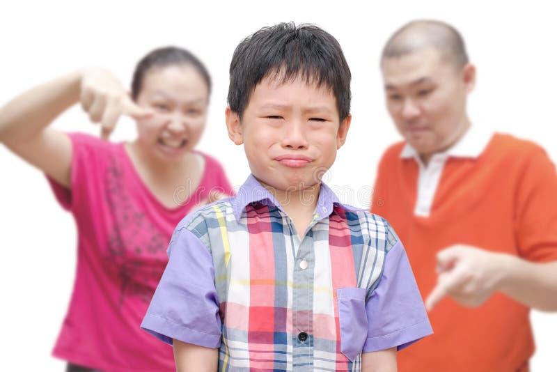 Αγόρι που φωνάζει ενώ οι γονείς τον επιπλήττουν στοκ φωτογραφία με δικαίωμα ελεύθερης χρήσης