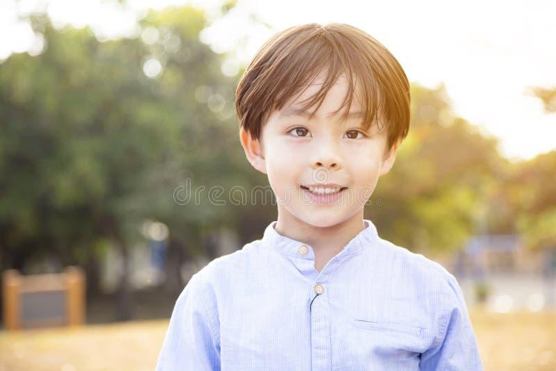αγόρι που χαμογελά και που εξετάζει τη κάμερα στοκ εικόνες