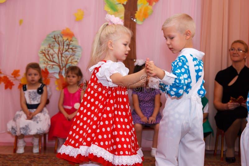 Αγόρι που χορεύει με ένα κορίτσι σε ένα κόμμα των παιδιών στοκ φωτογραφία με δικαίωμα ελεύθερης χρήσης