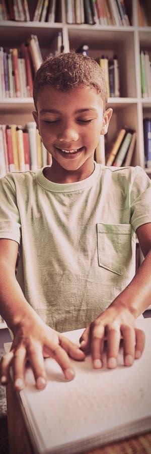 Αγόρι που χρησιμοποιεί μπράιγ που διαβάζει στοκ φωτογραφίες με δικαίωμα ελεύθερης χρήσης