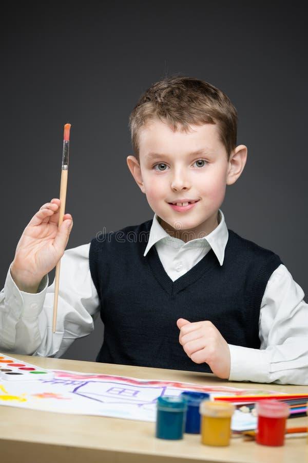 Αγόρι που χρωματίζει κάτι στοκ φωτογραφία με δικαίωμα ελεύθερης χρήσης