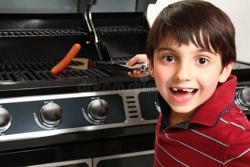 αγόρι που ψήνει το χοτ ντο& στοκ φωτογραφία με δικαίωμα ελεύθερης χρήσης