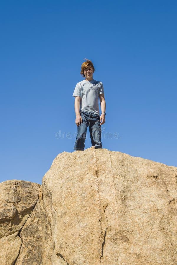 Αγόρι σε έναν βράχο στο εθνικό πάρκο δέντρων yoshua στοκ φωτογραφίες
