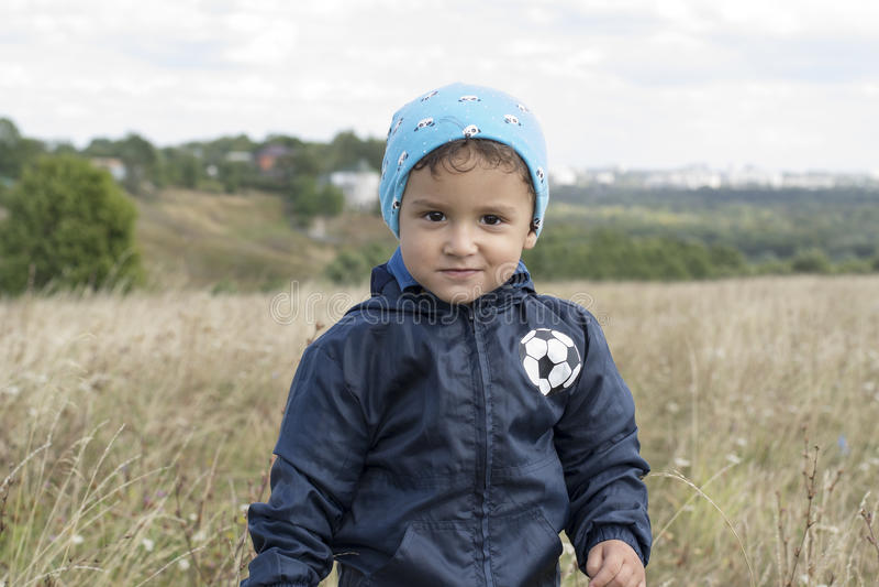 Αγόρι σε έναν τομέα στοκ φωτογραφία