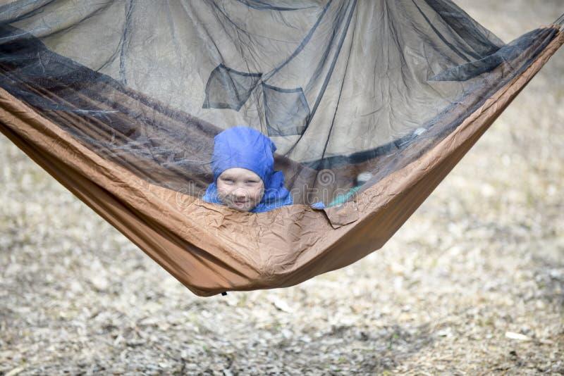 Αγόρι σε ένα δάσος αιωρών τουριστών την άνοιξη στοκ φωτογραφία με δικαίωμα ελεύθερης χρήσης