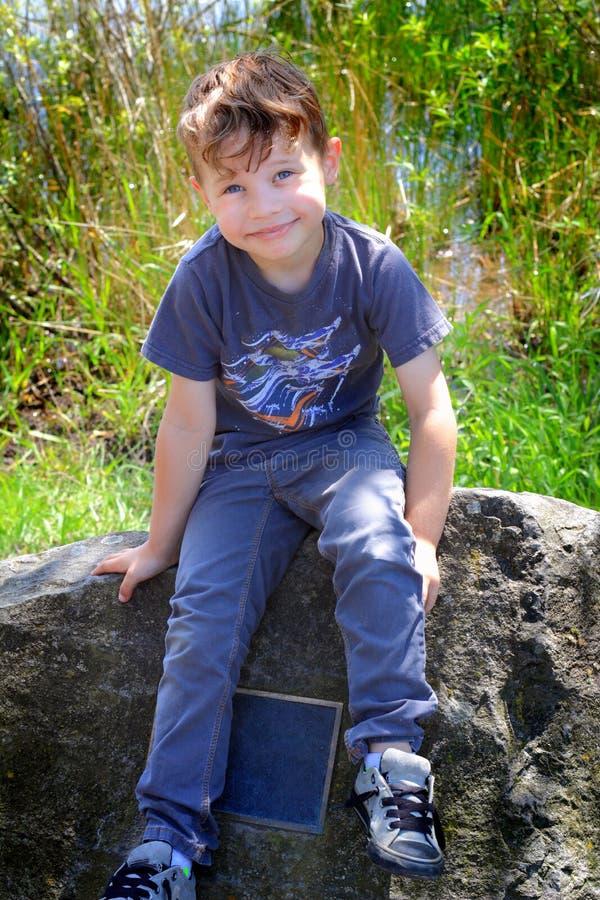 Αγόρι σε ένα μνημείο στοκ φωτογραφία με δικαίωμα ελεύθερης χρήσης