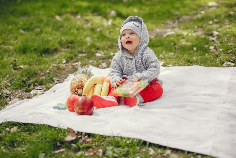 Αγόρι σε ένα πάρκο στοκ φωτογραφία με δικαίωμα ελεύθερης χρήσης