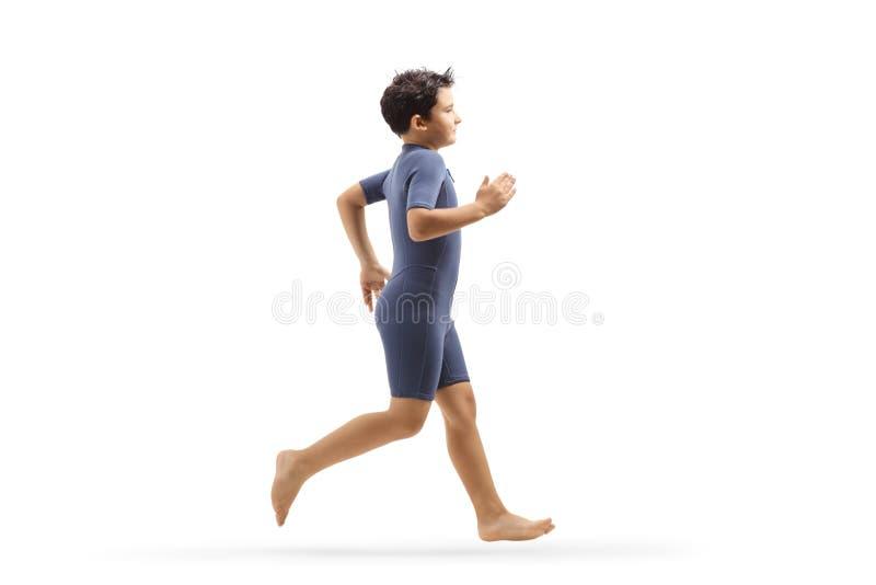 Αγόρι σε ένα τρέξιμο wetsuit στοκ εικόνες με δικαίωμα ελεύθερης χρήσης