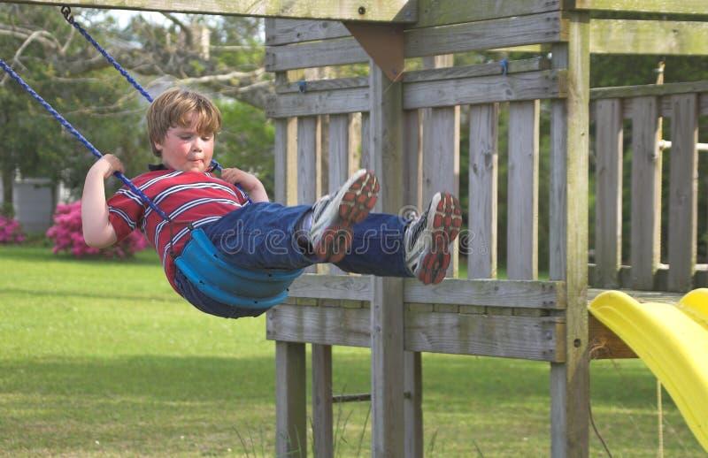 Αγόρι σε μια ταλάντευση στοκ φωτογραφία με δικαίωμα ελεύθερης χρήσης