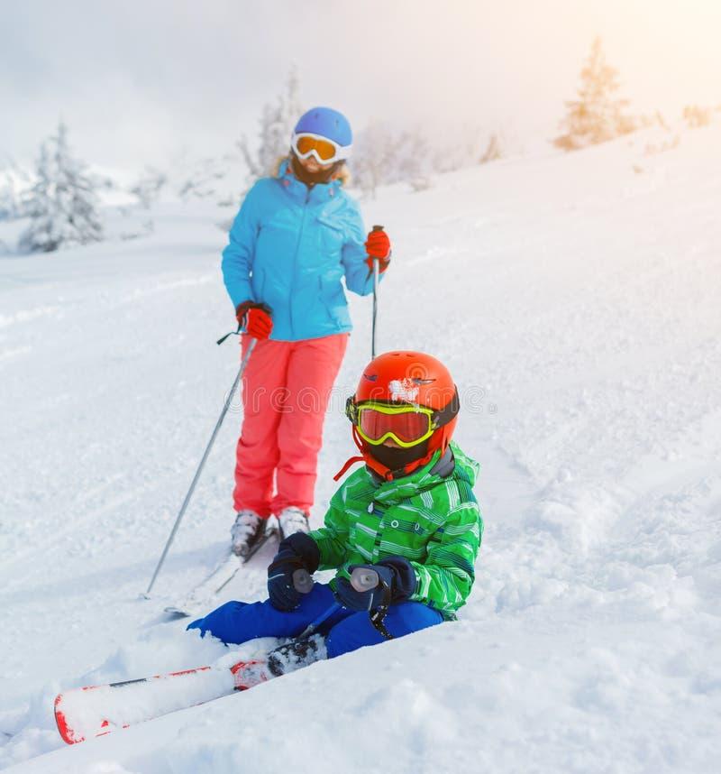 Αγόρι σκιέρ σε ένα χειμερινό χιονοδρομικό κέντρο στοκ φωτογραφίες με δικαίωμα ελεύθερης χρήσης