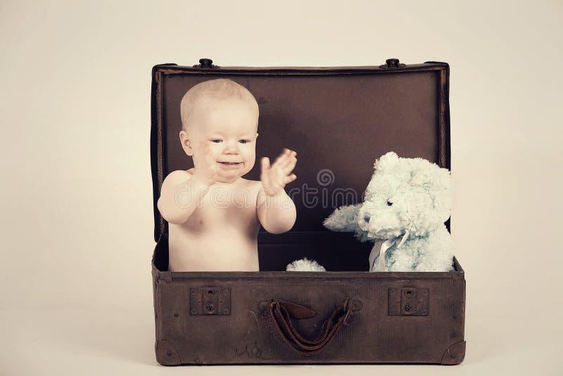Αγόρι στην εκλεκτής ποιότητας βαλίτσα στοκ εικόνα με δικαίωμα ελεύθερης χρήσης