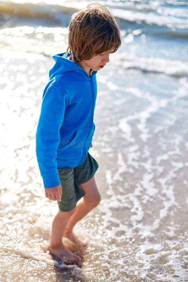 Αγόρι στην ηλιόλουστη παραλία στοκ εικόνα με δικαίωμα ελεύθερης χρήσης