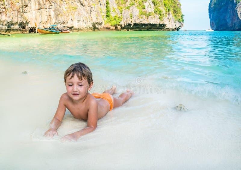 Αγόρι στην παραλία Phuket στην Ταϊλάνδη στοκ φωτογραφίες