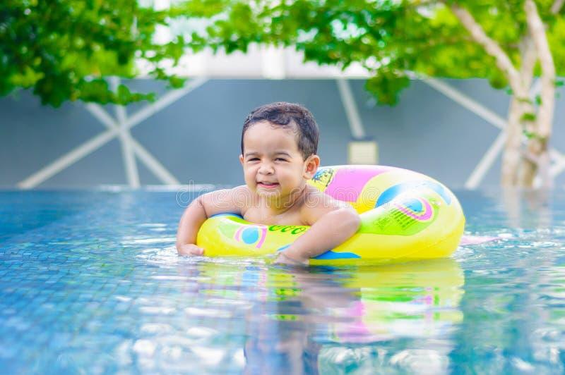 Αγόρι στην πισίνα στοκ φωτογραφία με δικαίωμα ελεύθερης χρήσης