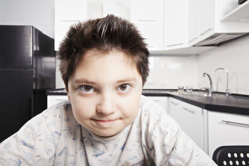 Αγόρι στην πυτζάμα στην κουζίνα στοκ φωτογραφίες με δικαίωμα ελεύθερης χρήσης