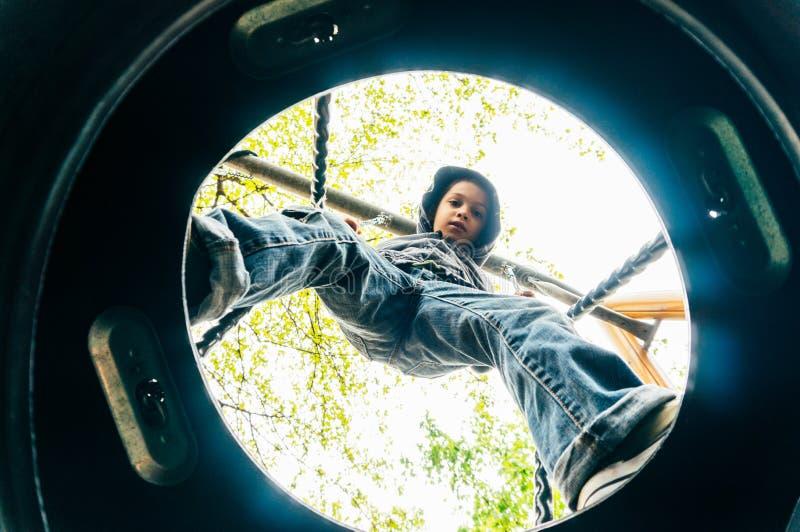 Αγόρι στην ταλάντευση στοκ φωτογραφία με δικαίωμα ελεύθερης χρήσης