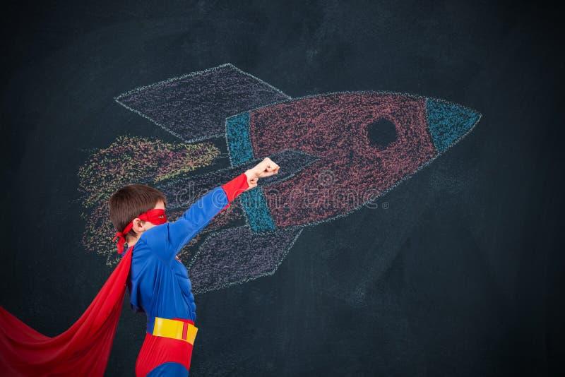 Αγόρι στη μεταμφίεση του superhero στοκ εικόνες