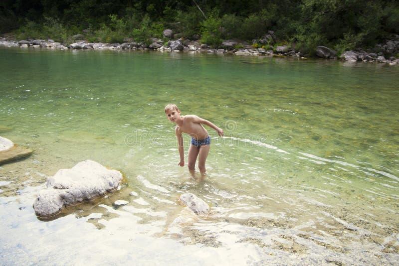 Αγόρι στον ποταμό στοκ φωτογραφίες