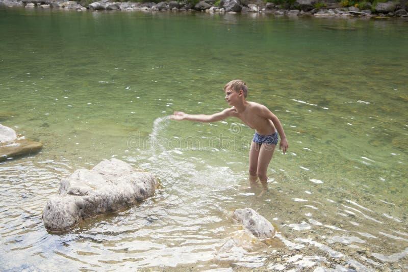 Αγόρι στον ποταμό στοκ εικόνα