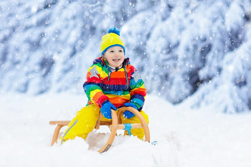 Αγόρι στο γύρο ελκήθρων Παιδιών Παιδί στο έλκηθρο στοκ φωτογραφία