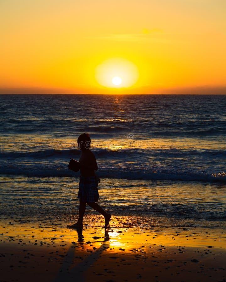 Αγόρι στο ηλιοβασίλεμα στην παραλία σε Mancora, Περού στοκ εικόνα με δικαίωμα ελεύθερης χρήσης
