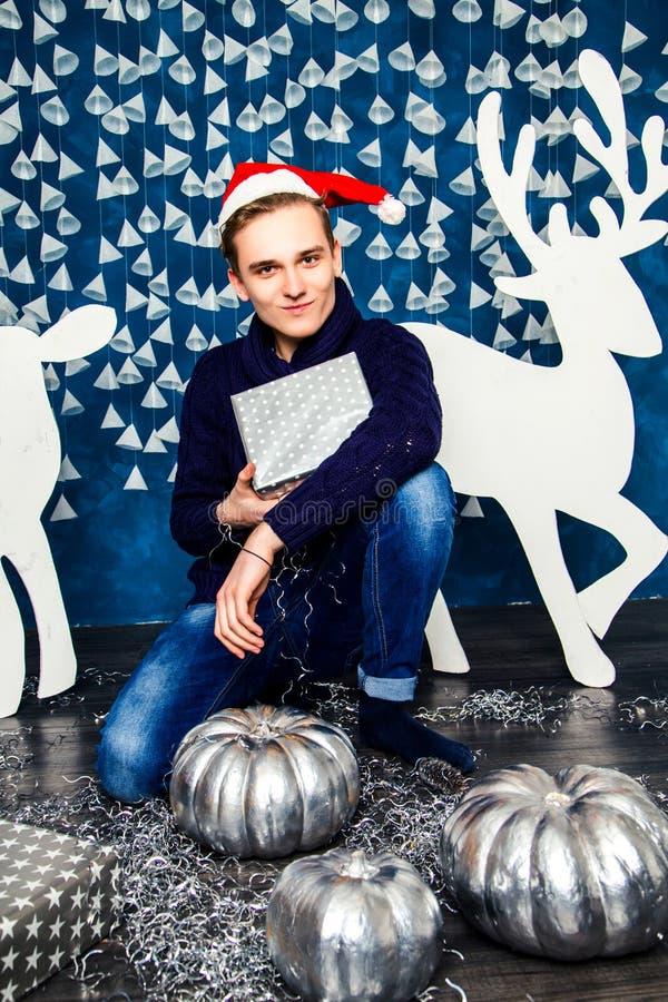Download Αγόρι στο καπέλο Άγιου Βασίλη με τα δώρα Χριστούγεννα και νέο έτος Concep Στοκ Εικόνα - εικόνα από άτομο, καπέλο: 62705225
