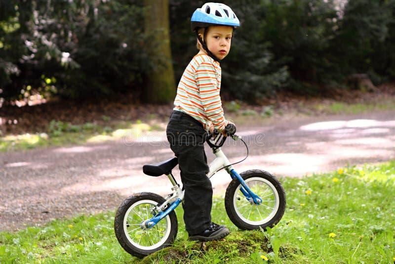 Αγόρι στο μικρό ποδήλατο χωρίς πεντάλια στοκ φωτογραφία με δικαίωμα ελεύθερης χρήσης