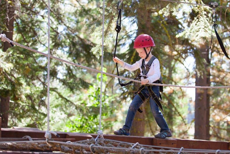 Αγόρι στο πάρκο περιπέτειας στοκ εικόνες με δικαίωμα ελεύθερης χρήσης