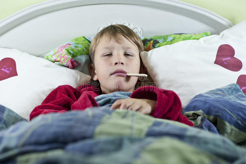 Αγόρι στο σπορείο με τη γρίπη στοκ εικόνα