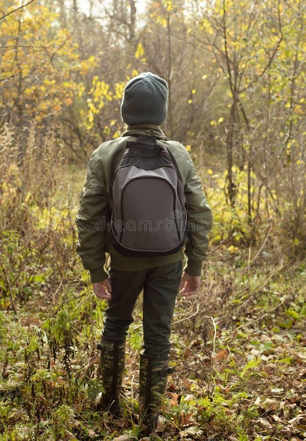 Αγόρι-ταξιδιώτης με ένα σακίδιο πλάτης στοκ εικόνες με δικαίωμα ελεύθερης χρήσης