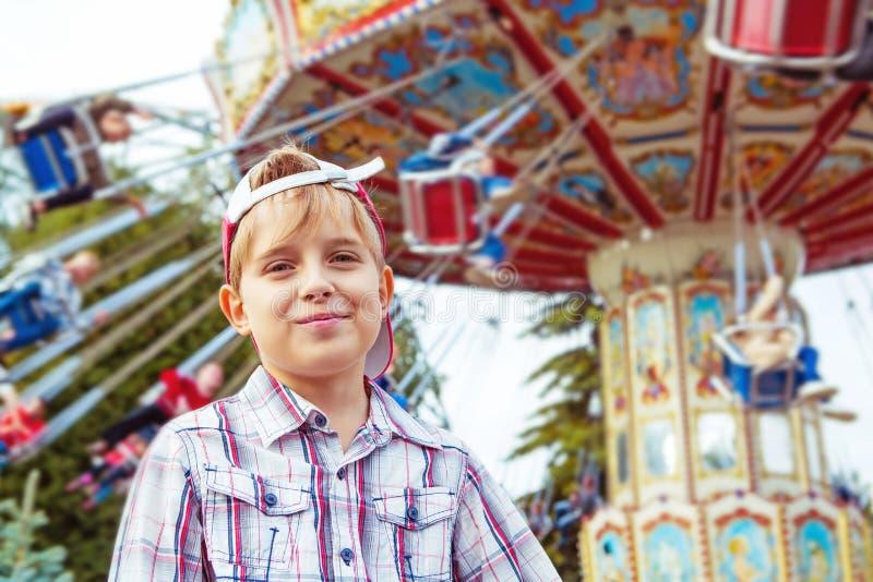 Αγόρι υπαίθριο στο λούνα παρκ στοκ εικόνα