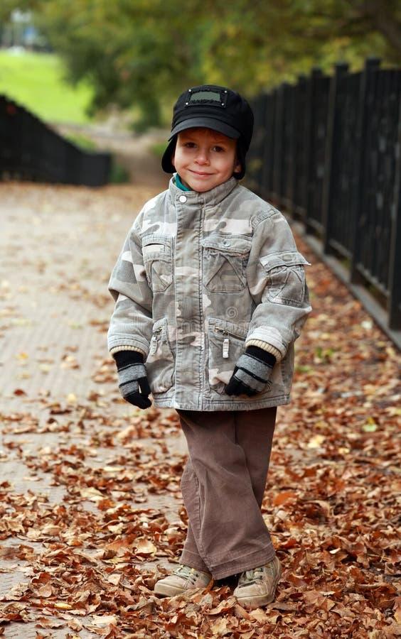 αγόρι φθινοπώρου λίγο πε&rho στοκ φωτογραφία με δικαίωμα ελεύθερης χρήσης
