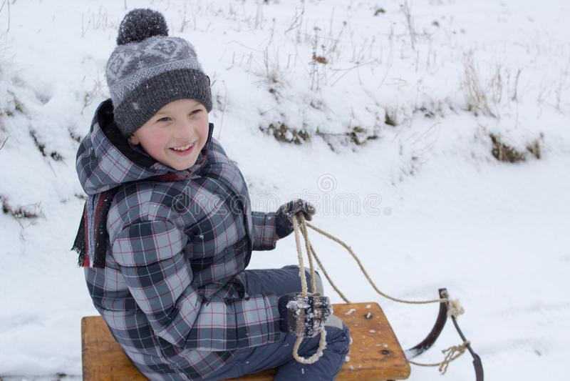Αγόρι χαμόγελων στα έλκηθρα στοκ φωτογραφίες με δικαίωμα ελεύθερης χρήσης