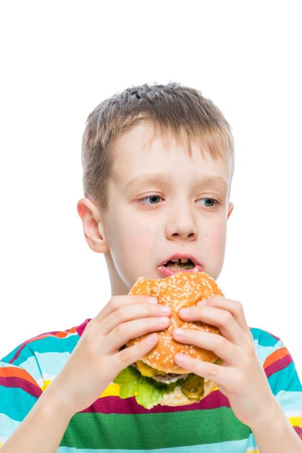 αγόρι 10 χρονών και επιβλαβή αλλά νόστιμα τρόφιμα στοκ εικόνες