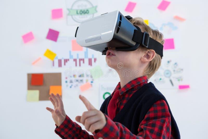 Αγόρι ως ανώτατο στέλεχος επιχείρησης που χρησιμοποιεί την κάσκα εικονικής πραγματικότητας στοκ φωτογραφίες με δικαίωμα ελεύθερης χρήσης