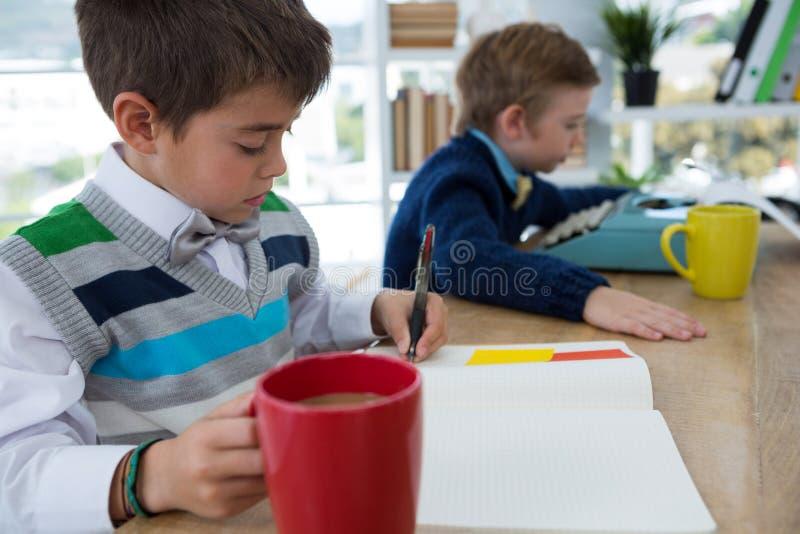 Αγόρι ως κούπα καφέ εκμετάλλευσης ανώτατων στελεχών επιχείρησης στοκ φωτογραφίες