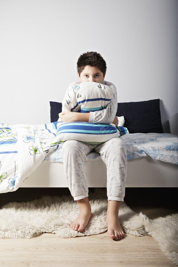 Αγόρι Awoken με το μαξιλάρι στοκ εικόνες