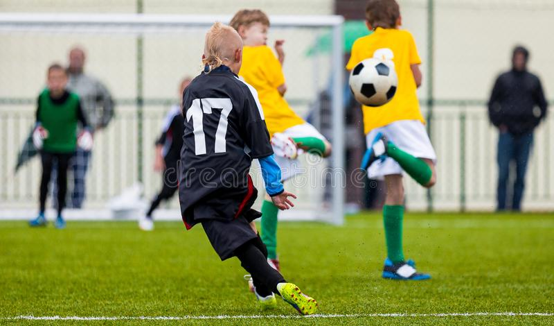 Αγώνας ποδοσφαίρου ποδοσφαίρου Ενιαία έναρξη φορέων κατσίκια που παίζουν το ποδόσφαιρο Νέα αγόρια που κλωτσούν τη σφαίρα ποδοσφαί στοκ φωτογραφία με δικαίωμα ελεύθερης χρήσης