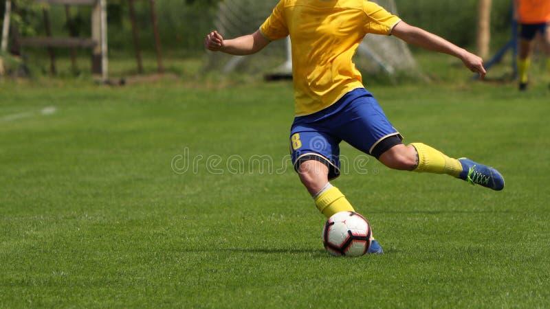 Αγώνας ποδοσφαίρου ποδοσφαίρου Θηλυκό παίζοντας παιχνίδι ποδοσφαίρου στον αθλητικό τομέα στοκ εικόνες
