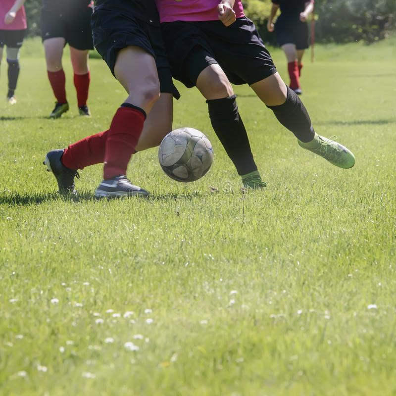 Αγώνας ποδοσφαίρου των αθλητικών ομάδων γυναικών ` s σε έναν πράσινο αγωνιστικό χώρο ποδοσφαίρου στοκ φωτογραφία