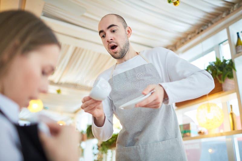 Αδέξιος σερβιτόρος στοκ φωτογραφίες με δικαίωμα ελεύθερης χρήσης